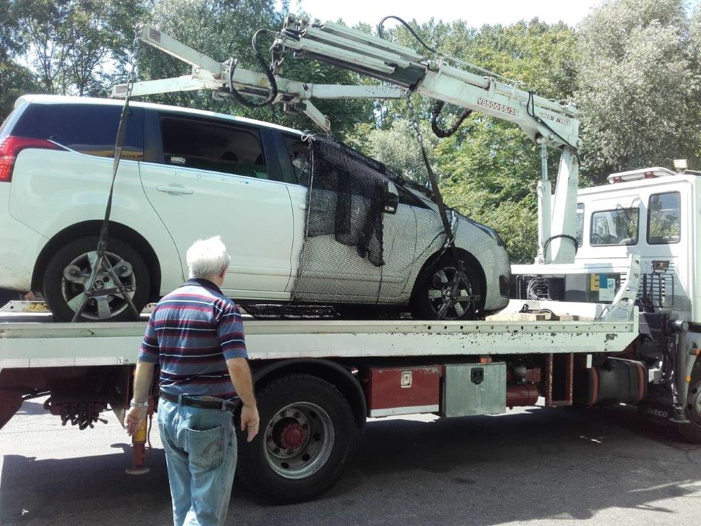 auto con carrattrezzi 1